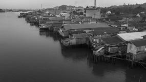 Tät grannskap av trähus på den Mahakam flodstranden, Borneo, Indonesien Royaltyfria Foton