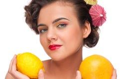 tät grapefruktcitron upp kvinna Arkivfoton