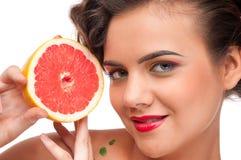 tät grapefruktstående för skönhet upp kvinna Fotografering för Bildbyråer