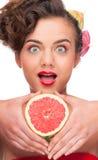 tät grapefruktstående för skönhet upp kvinna Arkivbild