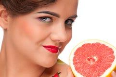 tät grapefruktstående för skönhet upp kvinna Royaltyfri Bild