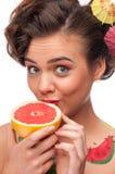 tät grapefruktstående för skönhet upp kvinna Royaltyfria Bilder