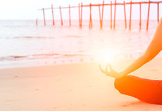 tät hand upp Kvinnan gör utomhus- yoga Fotografering för Bildbyråer