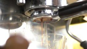 tät kaffebryggare upp stock video