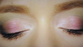 tät kosmetisk ögonkvinnligmakeup upp arkivfilmer