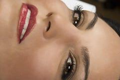 tät kvinna för ögonframsidaleende Arkivbilder