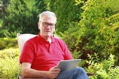tät manståendepensionär upp Arkivfoton