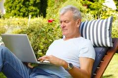 tät manståendepensionär upp Arkivbild