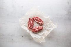 tät meatpork för bakgrund upp white Grisköttslieces på vit conkretebakgrund Royaltyfria Foton