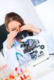 tät mikroskopforskare som använder upp kvinnan Royaltyfri Bild
