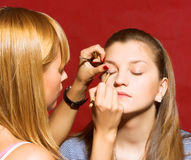 tät skapande makeup för beautician upp Royaltyfri Bild