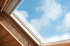 tät takfönster upp velux Arkivbild