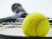 tät tennis för boll upp arkivfoto