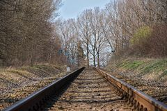 täta daglinjer järnväg spåriner upp två Konstruktion av järnvägsspår Järnväg infrastruktur E soligt väder royaltyfri bild