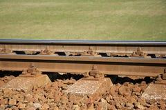 täta daglinjer järnväg spåriner upp två Konstruktion av järnvägsspår Järnväg infrastruktur soligt väder arkivbilder