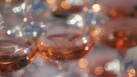 täta exponeringsglas för champagne upp Festlig dricka alkohol Fokuspanorama av Champagnepyramiden Festmåltid i restaurangen stock video