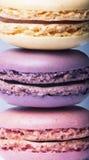 täta färgrika franska macaroons upp Arkivbild