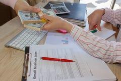 täta händer upp Lån kreditering, skuldbegrepp ge handpengar Arkivfoton