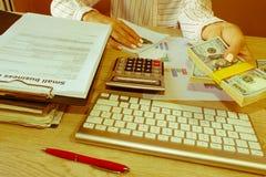 täta händer upp Lån kreditering, skuldbegrepp ge handpengar Royaltyfri Fotografi