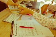 täta händer upp Lån kreditering, skuldbegrepp ge handpengar Arkivbild