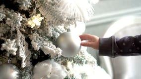 täta händer upp Modern med dottern betraktar att skjuta för jul Familj runt om julträd Långsam mothion lager videofilmer