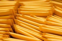 täta kuvert som postar upp Arkivbild
