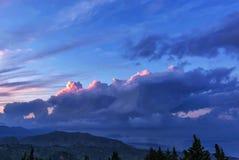 Täta moln med ett mellanrum fotografering för bildbyråer