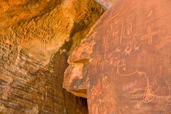 täta petroglyphs upp Royaltyfri Foto