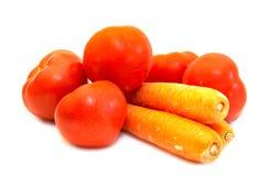 täta saftiga tomater för morot upp Royaltyfria Foton