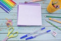 täta tillförsel för kompassprotractorskola upp Färg ritar, anmärkningsboken, blåttpennor, sciccors, markörer, lim, vässaren, gem Fotografering för Bildbyråer