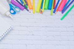 täta tillförsel för kompassprotractorskola upp Färg ritar, plasticine, anteckningsboken, scessors, blåa ballpens Royaltyfria Bilder