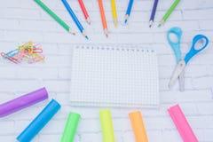 täta tillförsel för kompassprotractorskola upp Färg ritar, plasticine, anteckningsboken, scessors, blåa ballpens Royaltyfri Bild