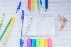 täta tillförsel för kompassprotractorskola upp Färg ritar, plasticine, anteckningsboken, scessors, blåa ballpens Arkivfoton