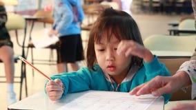 Tätigkeit des unterrichtenden Kindergartens Kindergartenstudenten lernen stock footage