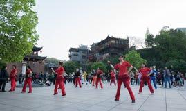 Tätigkeit, die um die phonenic Statue in Fenghuang, China durchführt Stockfotos