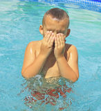 Tätigkeiten auf dem Pool lizenzfreie stockbilder