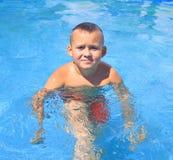 Tätigkeiten auf dem Pool lizenzfreies stockbild