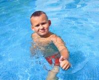 Tätigkeiten auf dem Pool stockbild