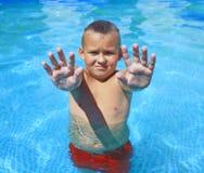 Tätigkeiten auf dem Pool stockfotografie