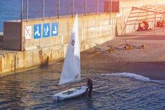 Tätigkeiten auf dem Wasser, Segeln Finneklassensegelboot stockbild