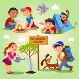 Tätigkeiten des Frühlinges und des Sommerkindes im Freien Sommerlager Lizenzfreie Stockfotos