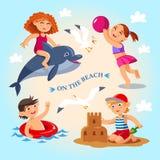 Tätigkeiten des Sommerkindes die im Freien auf dem Strand Stockfoto