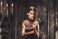 Tätowierte Frau im gespenstischen Innenraum Lizenzfreie Stockfotos