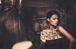 Tätowierte Frau im gespenstischen Innenraum Lizenzfreies Stockbild