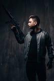 Tätowierter Mörder mit Scharfschützegewehr im Schwarzen Lizenzfreie Stockfotografie