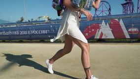 Tätowierter selbstbewusster junger Basketball-Spieler, der den Ball während das Gehen um Erlebnispark tröpfelt stock video footage