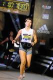 Tätowiertes Frauen-Vollenden-Marathon-Rennen stockbild