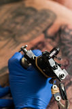 Tätowierungskünstler, der Tätowierung macht Stockbilder