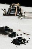Tätowierungskünstler, der Tätowierung macht Lizenzfreie Stockbilder