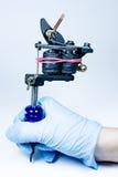 Tätowierungsmaschine in der Hand Lizenzfreies Stockbild